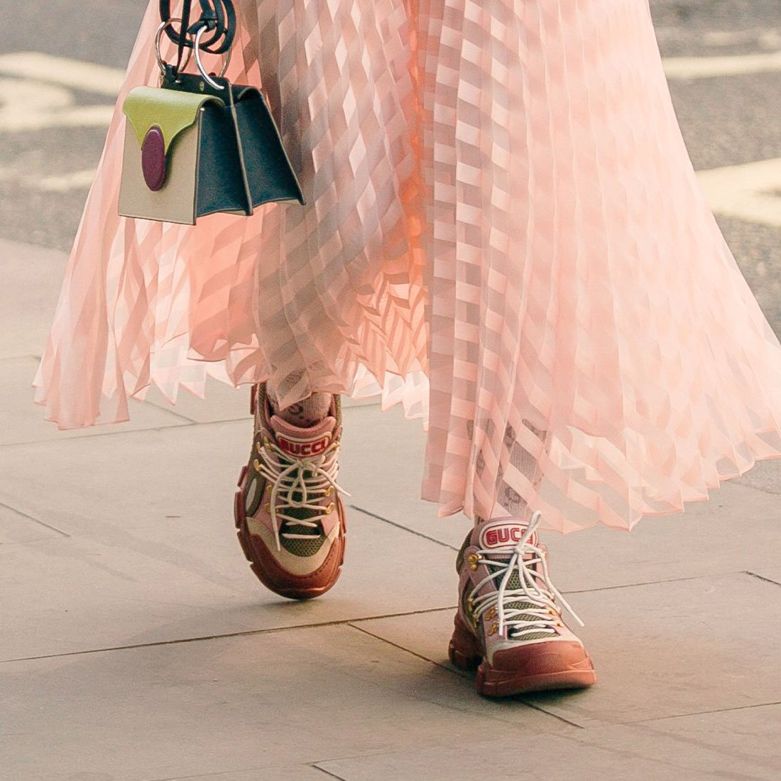 Образы с самой модной обувью сезона